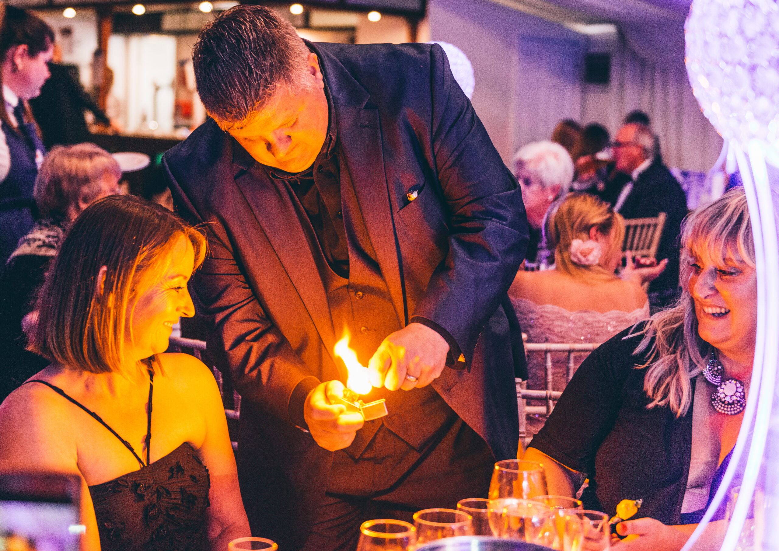 close up magician at Corporate event and Christmas party near me weddings trade show fun magic close up